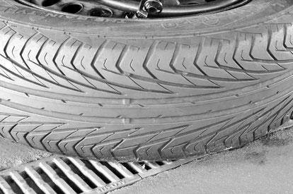 Fahrzeugprüfung Reifen in Großaufnahme