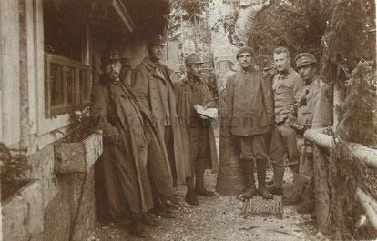 Einer der gafangenen Italiener (4.v.r.) beim Verhör durch Offiziere der K.u.K. Armee. Sammlung www.Isonzofront.de