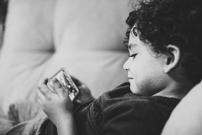 Eltern, Kinder, Familie, Kinder und digitale Medien; Kind und Handy; Smartphone; Corona Virus; glückliche Kinder, glückliche Familie, bewusste Eltern und Erziehung