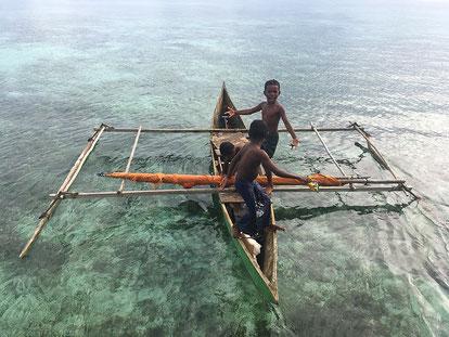 Im selbstgebauten Baumboot unterwegs zum Fischen