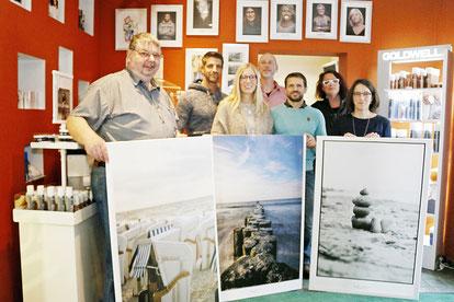Das Bild zeigt die verlosten Bilder und die Vertreter der Fördervereine. In der Mitte ist Ingo Schmidt zu sehen, der die tolle Idee hatte und diese auch erfolgreich umgesetzt hat.