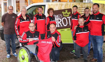 Das Team Andre mit Ralf König vor einem Bus von König's Brotkorb