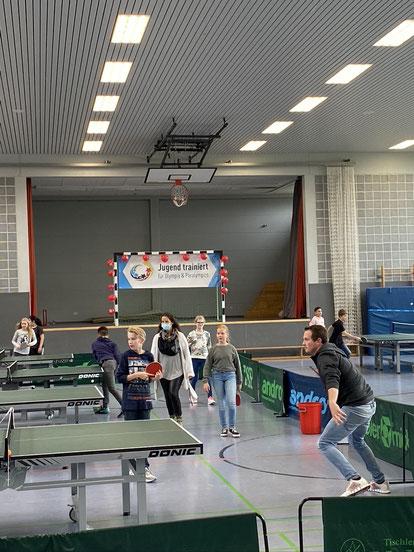 Sportliche Übungen mit Tischtennisschläger.