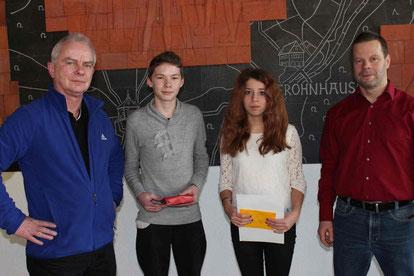 v.l.: Stephan Hartmann, Hauptschulsieger Christian Wehrwai, Realschulsiegerin Lucienne Göbel, Ekkehard Maxeiner.