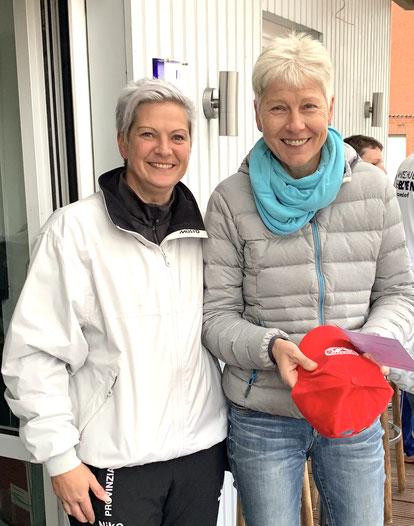 Sportwartin Nikola Koop überreicht Andrea Gundlach den Preis für den 1. Platz bei den Damen