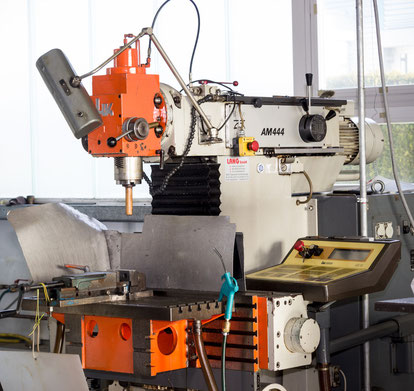 Hk AM 444  Universal Fräs- und Bohrmaschine  mit Hk Computer Steuerungseinheit CNC 181