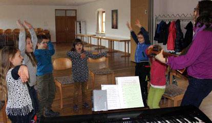 Im Familiengottesdienst am Ostermontag in Ast hat der Chor seinen nächsten Auftritt. Geprobt wird nach Bedarf, etwa vier bis sechs Mal.
