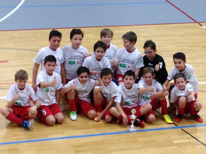 Röttgens Fußball-E-Junioren freuen sich über den Pokal und den Hallenmeistertitel, Foto: M. Mühlnikel