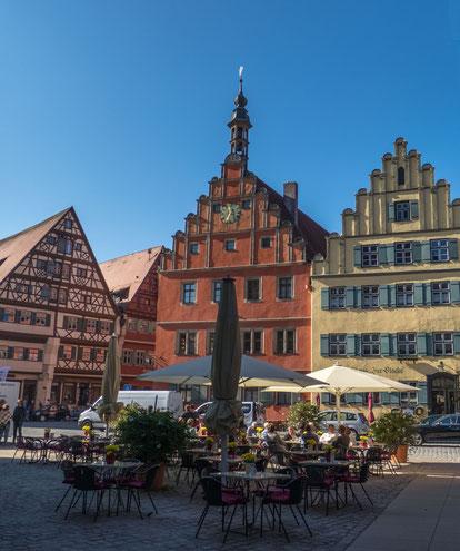 """© Traudi - Weinmarkt (rotes Haus) und rechts daneben das Gasthaus """"zur Glocke"""""""