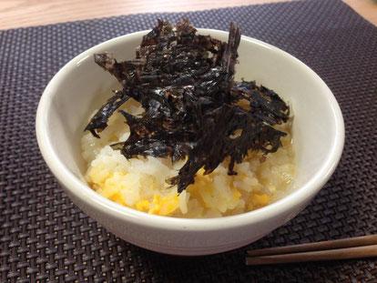 天たつで2月末から販売予定の福井県三国産天然「板岩のり」を半熟卵おじやにかけていただきました
