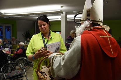 Altenpflegerin Ilona Burkhardt bekommt einen Schokoladen-Nikolaus geschenkt. © Theresa Meier