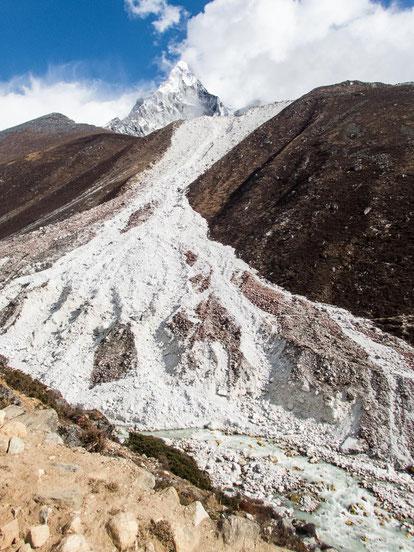 Sieht aus wie Schnee, ist aber tatsächlich weißer Stein, der hier von der Seitenmoräne des Gletschers hinab rutscht.