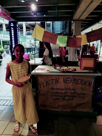 Lya vor ihrem Verkaufsstand, Futurepreneur
