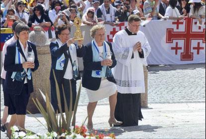 Sr. Nuria Bayó Blasco, supérieure générale de la Congrégation des sœurs de l'Immaculée Conception de Castres porte les reliques de la sainte, accompagnée en autre par Françoise de Villeneuve, parente d'Émilie. © Osservatore Romano