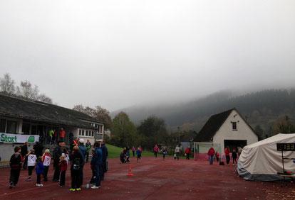 vor dem 6 km Start in Helberhausen, um den Berg dort oben müssen wir herum laufen