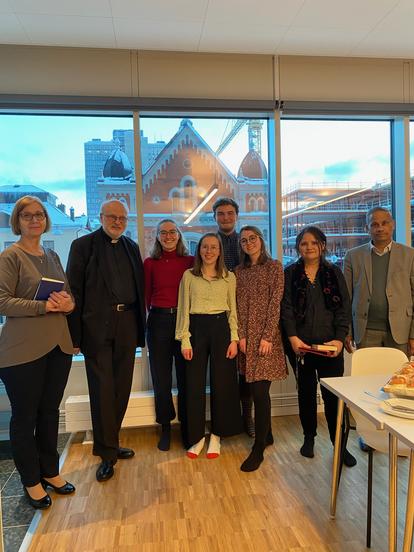 Konrad und seine Mitpraktikantinnen Sonja, Hannah und Clarita mit Bischof Anders Arborelius (2. v. l.) und Dr. George Joseph, dem Generalsekretär Caritas Schweden (rechts) (Foto: Caritas Sverige)