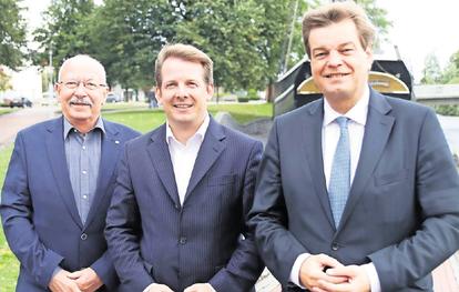 Foto der Cuxhavener Nachrichten: Fraktionssprecher Herbert Kiehm mit Thiemo Röhler und Enak Ferlemann.