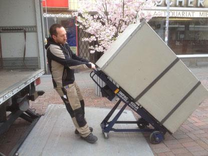 Verladen eines 500 Kg Tresors mittels unserer elektronischen Treppenkarre