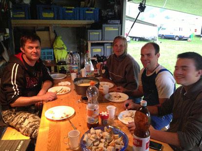 Fondue-Essen mit Freunden auf dem Rennplatz Gurnigel/BE