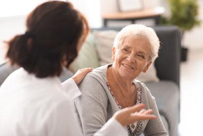 Behandlung von älteren Senioren bei Sprach und Sprechprobleme z.B. nach einem Schlaganfall