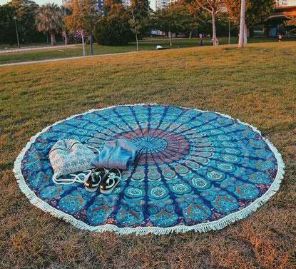 Rundes Mandala Strandtuch in blau und weiß.