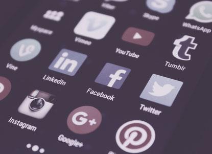 Smartphone-Bildschirm mit den verschieden Icons von Social Media Apps wie Facebook und Twitter.