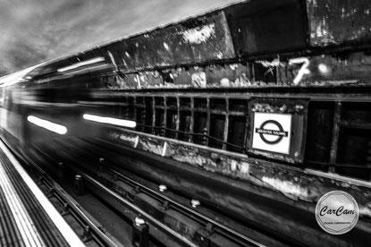 london, londres, metro, subway, tube, travel, inferno, enfer, noir et blanc, black and white, pêchers, capitaux, street photography, travel, carcam, je shoote