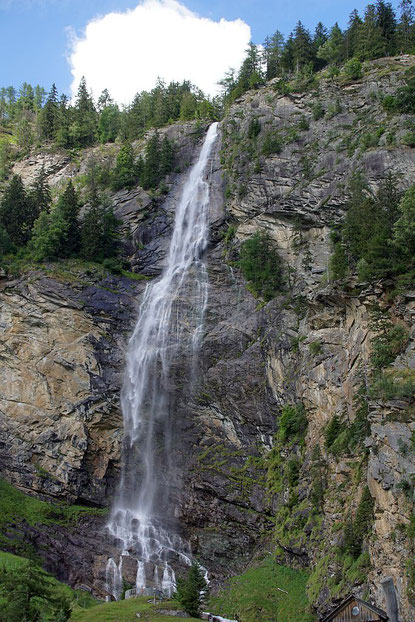 Der Fallbach-Wasserfall, der Klettersteig führt rechts davon hinauf