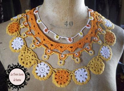 Collier plastron, un bijou au crochet avec perles, déclinés dans les oranges-jaunes et blanc, un bijou lumineux pour une femme féminine, élégante, radieuse