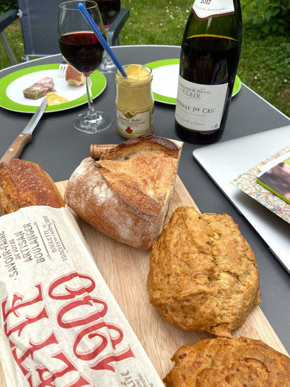 Baguette und Gougères zu Paté und Wein