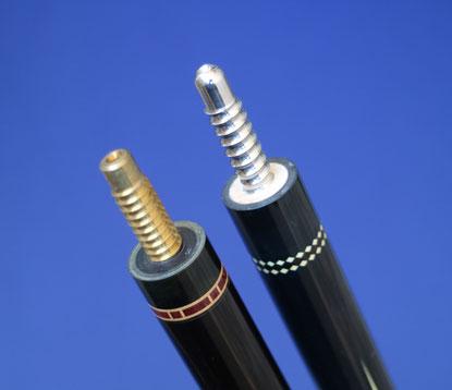 コア構造の黒檀バット(右)と無垢の黒檀バット(左)