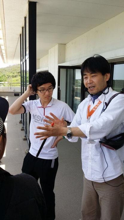 [GIP 학생들을 안내해 준 가이드 겸 지진전문가, 방문 시에도 약간의 지진이 있었습니다.]