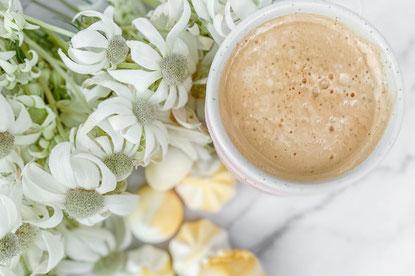 お疲れ様のコーヒーとカスタードケーキ。チューリップとカスミソウ。