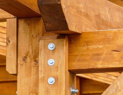 Holzbauteile im Freien müssen vor Witterung geschützt werden oder einen chemischen Hozschutz erhalten.