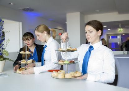 Firmen Empfang mit Mobiliar, Service, Catering, Licht- & Tontechnik, DJ & Deko