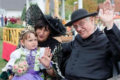 Miniweinkönigin Lena, 1. Vorsitzende HVV Carla Wilkes und Pastor Lonquich