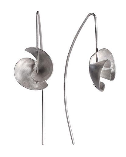 Die Ohrhänger VOLTA aus Silber sind wunderbar grazil und zart. Wenn Sie es gerne dezenter mögen, aber gleichzeitig das Besondere lieben, ist VOLTA Ihr Ohrschmuck. Er ist federleicht, Sie werden sich beim Tragen völlig frei und doch außergewöhnlich fühlen.