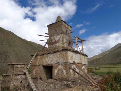 古く放置された仏塔