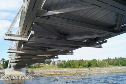 Unterseite der rührreibgeschweißte Fußgängerbrücke über den Petite Decharge River in Alma, Quebec, Kanada