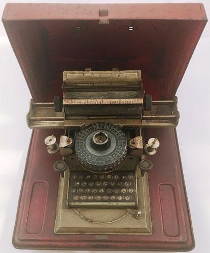 Máquina de escribir de juguete marca JUNIOR, patente Gescha (GEbrüder SCHmid) de los hermanos Max y Ludwig Schmid, fabricada en Nuremberg (Alemania), año 1930, 23x20x13 cm