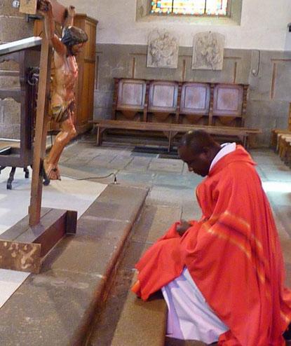 Vénération de la croix, par le père Yves Tano (St Mathieu)