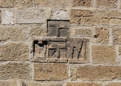 Bild: Zeichen der Handwerker an der Außenfassade an der Kirche in Roquemaure