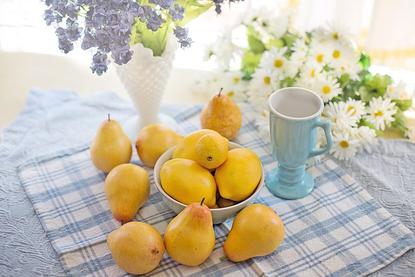 広げられたノートとボールペン。ピンクと白のバラ一輪ずつ。