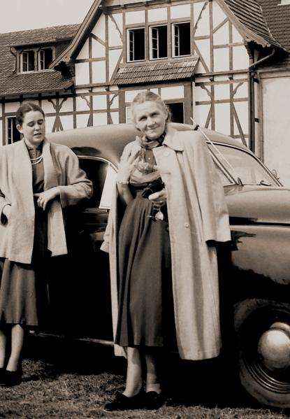 Historisches Foto: Erna Heinen-Steinhoff mit Tochter Gabriele bei einem Ausflug im Bergischen Land, 1958