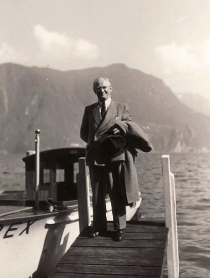 Der Dichter und Lyriker Hanns Heinen (1895-1961) bei einem Ausflug auf dem Lago Maggiore während seines letzten Aufenthaltes in Orsalina, 1960