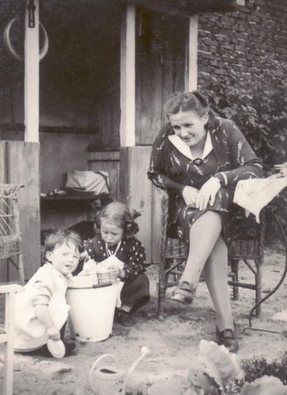 Erna Heinen–Steinhoff mit Töchter Bettina und Gabriele, 1939