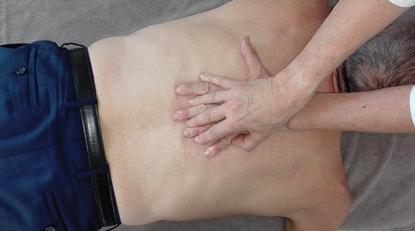 Es wird die Chinesische Heilmassage (TUI NA) am  Rücken gezeigt.Massage am mittleren Rückenbereich