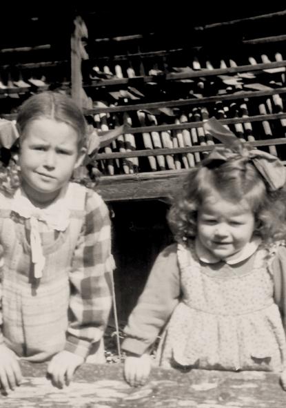 Bettina Heinen-Ayech (rechts) und Ihre Schwester Gabriele Richard (links) in Kreuzthal Eisenbach (Grenze Bayern zu Baden-Würtenberg) ca. 1941