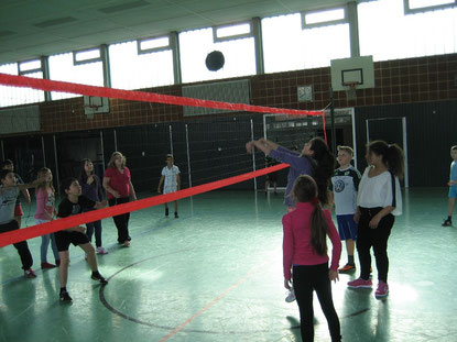 Da staunen die Klassenkameraden: Der Ball wird prima eingepritscht