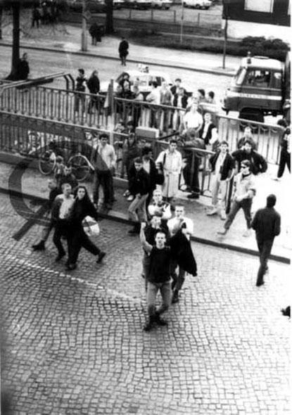 Nazi-Hoologans foran et bz'at hus i Schönhauser Allee 20-21 i Østberlin, efter et fodboldspil af  deres klub BFC Dynamo
